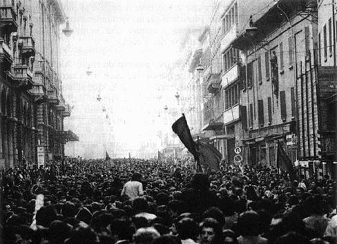 Mobilisations spontanées dans les rues de Bologne, le 12 mars 1977.